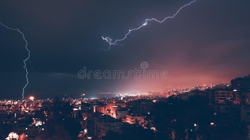 Belle foudre au-dessus de ville photo stock