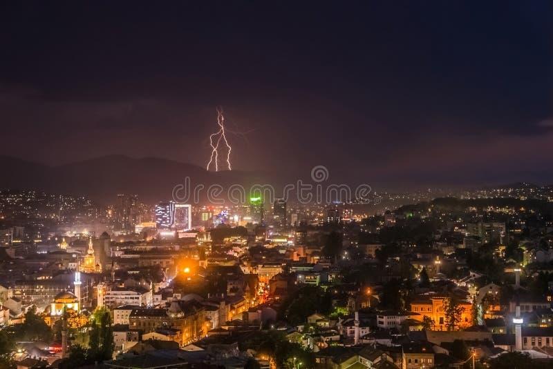 Belle foudre et forte pluie au-dessus de l'horizon de ville photos libres de droits