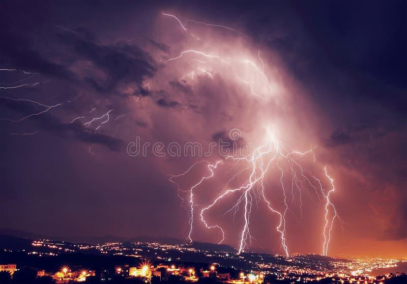 Belle foudre la nuit image stock