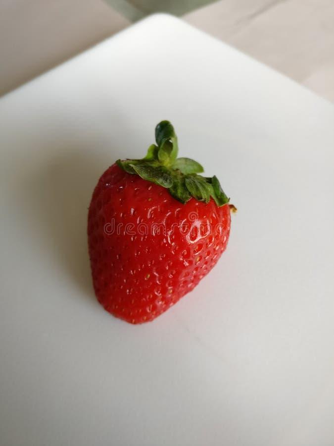 Belle fraise d'un plat blanc photographie stock