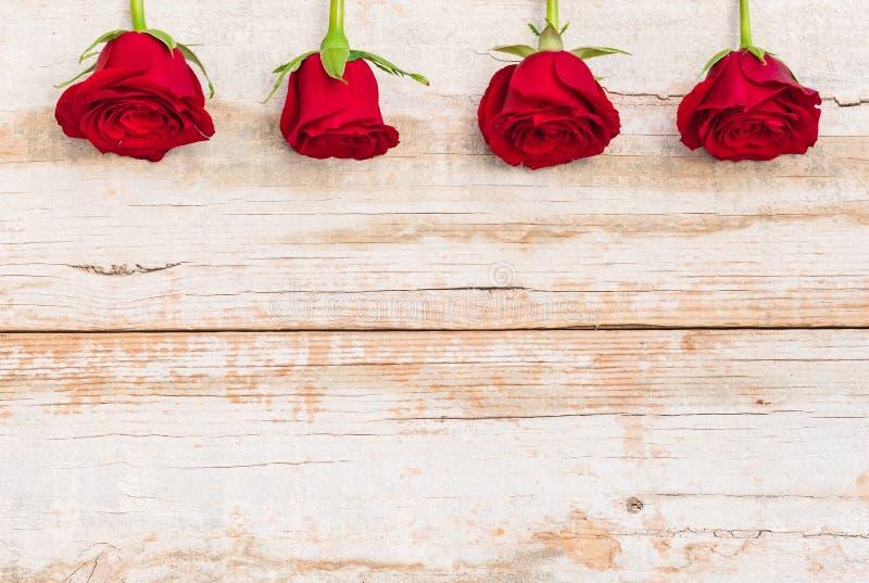 Belle frontière de roses rouges sur le bois rustique, fond romantique de fleurs la carte de voeux pour de valentines jour ou de j image stock