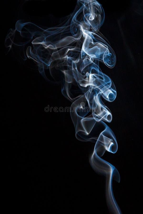 Belle fumée sur un fond noir image stock
