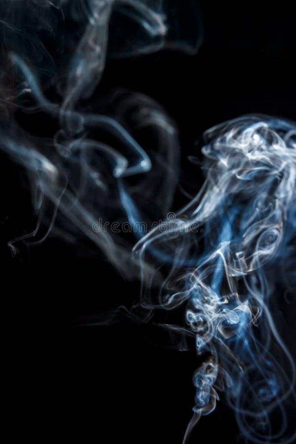 Belle fumée sur un fond noir images libres de droits