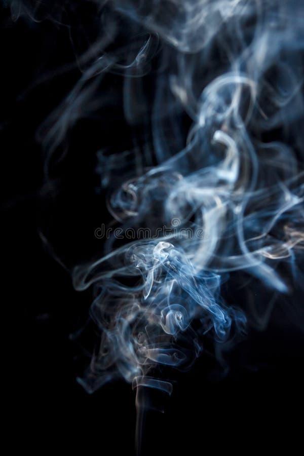 Belle fumée sur un fond noir photographie stock