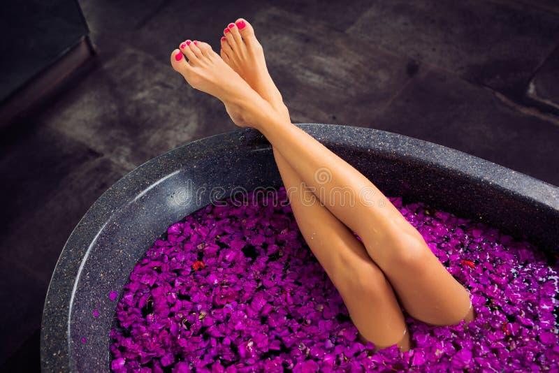 https://thumbs.dreamstime.com/b/belle-gambe-delle-donne-nel-bagno-104987841.jpg