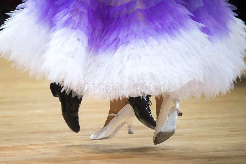 Belle gambe effeminate e maschili nel ballo da sala attivo, fotografia stock