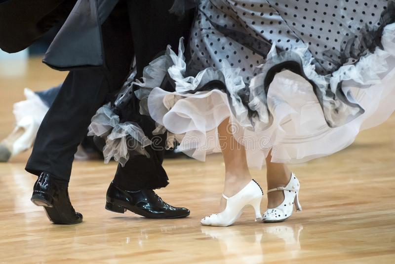 Belle gambe effeminate e maschili nel ballo da sala attivo, immagini stock libere da diritti