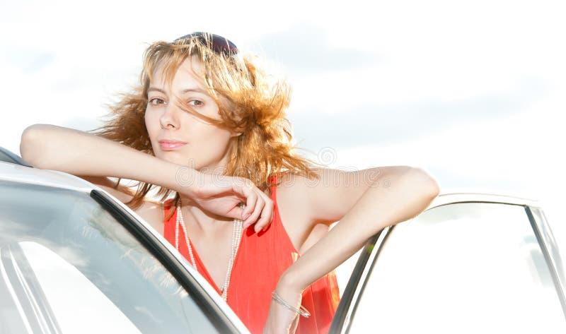 Belle giovane donna ed automobile. fotografia stock