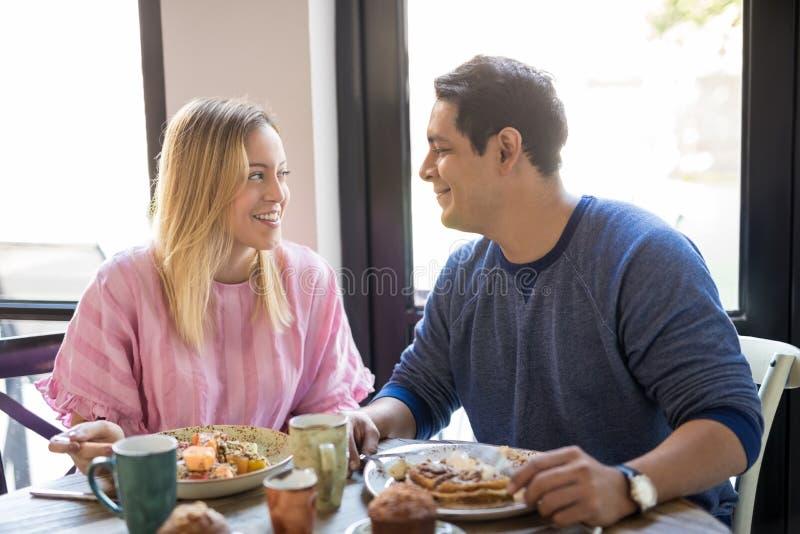 Belle giovani coppie alla data al ristorante fotografia stock