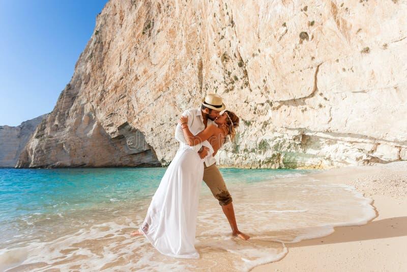 Belle giovani coppie alla spiaggia fotografia stock