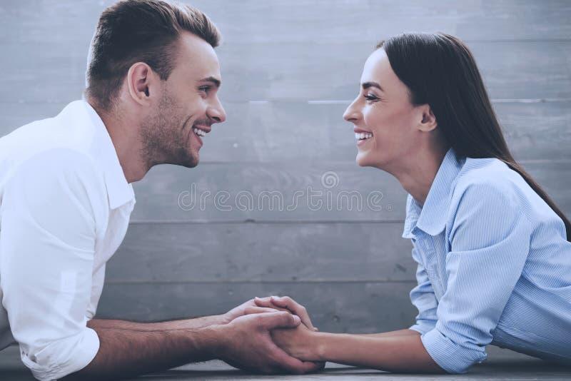Belle giovani coppie amorose in camice classiche immagine stock