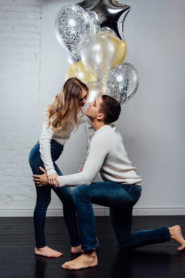 Belle giovani coppie attraenti che celebrano un compleanno o una festa di giorno del ` s del biglietto di S. Valentino immagini stock libere da diritti