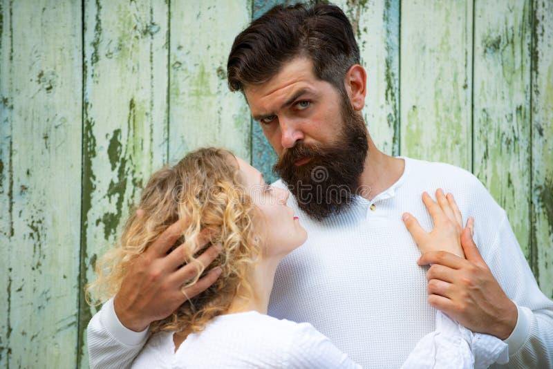 belle giovani coppie che baciano e che abbracciano Belle giovani coppie che aspettano per baciare Fiducia nell'amore Coppie sensu fotografia stock libera da diritti