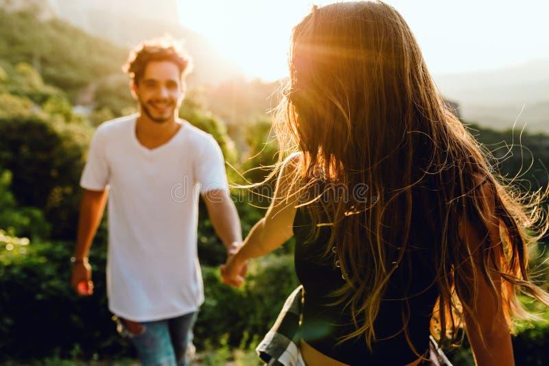 Belle giovani coppie che godono della natura al picco di montagna fotografia stock
