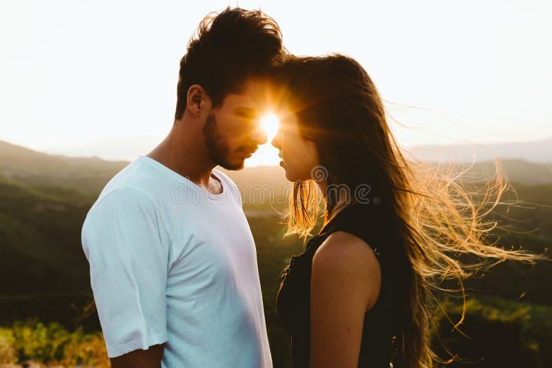Belle giovani coppie che godono della natura al picco di montagna immagini stock libere da diritti