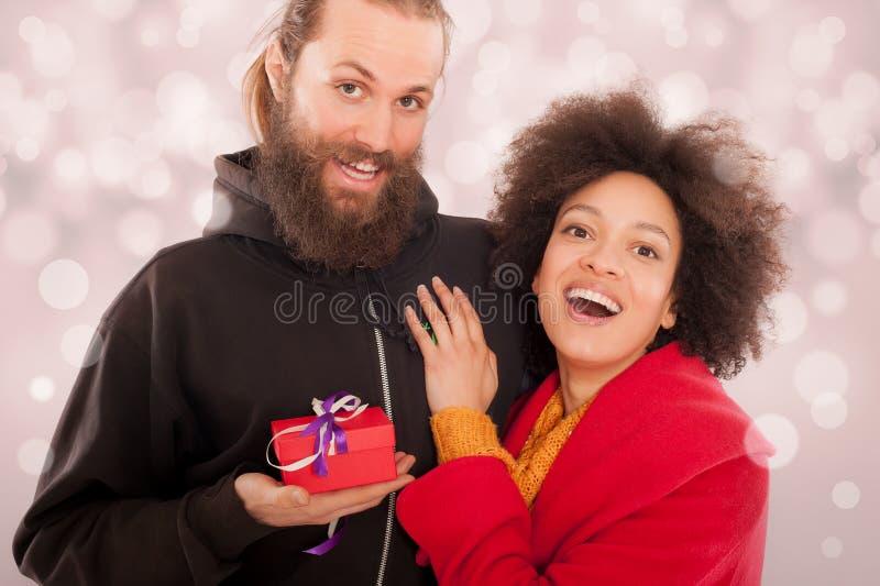 Belle giovani coppie che tengono il suo contenitore di regalo immagini stock