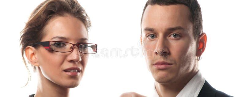 Belle giovani coppie di affari isolate su fondo bianco fotografie stock