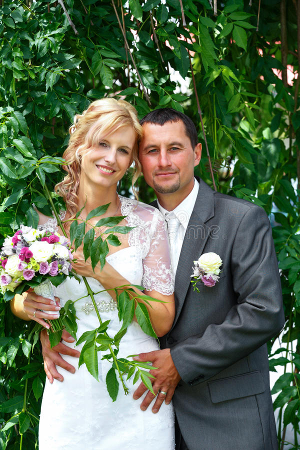 Belle giovani coppie di nozze fotografia stock
