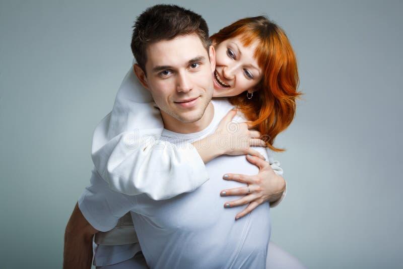 Belle giovani coppie felici immagini stock libere da diritti