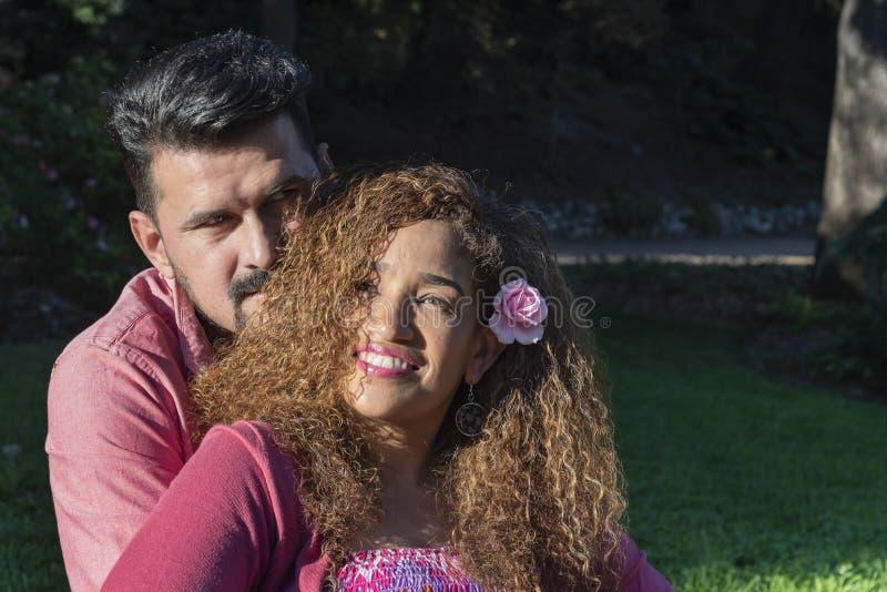 Belle giovani coppie nel parco immagine stock