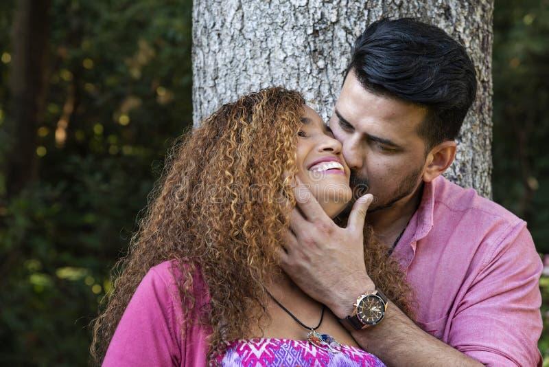 Belle giovani coppie nel parco immagini stock libere da diritti