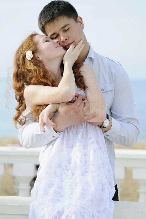Belle giovani coppie nell'amore vicino al mare immagine stock libera da diritti