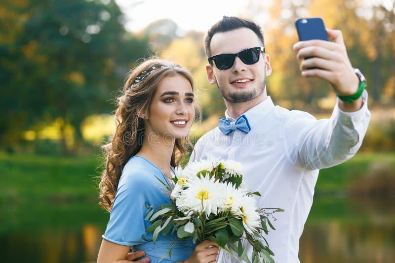 Belle giovani coppie su cerimonia di nozze immagini stock libere da diritti
