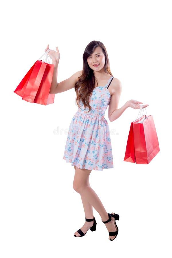 Belle giovani donne asiatiche sorridenti con le borse di vendita di acquisto isolate fotografia stock libera da diritti