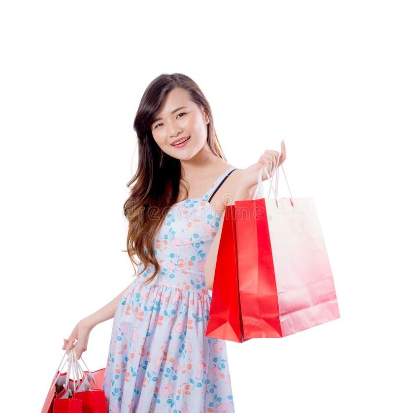 Belle giovani donne asiatiche sorridenti con le borse di vendita di acquisto isolate fotografie stock libere da diritti
