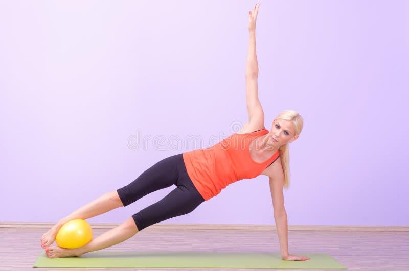 Belle giovani donne che fanno Pilates immagini stock
