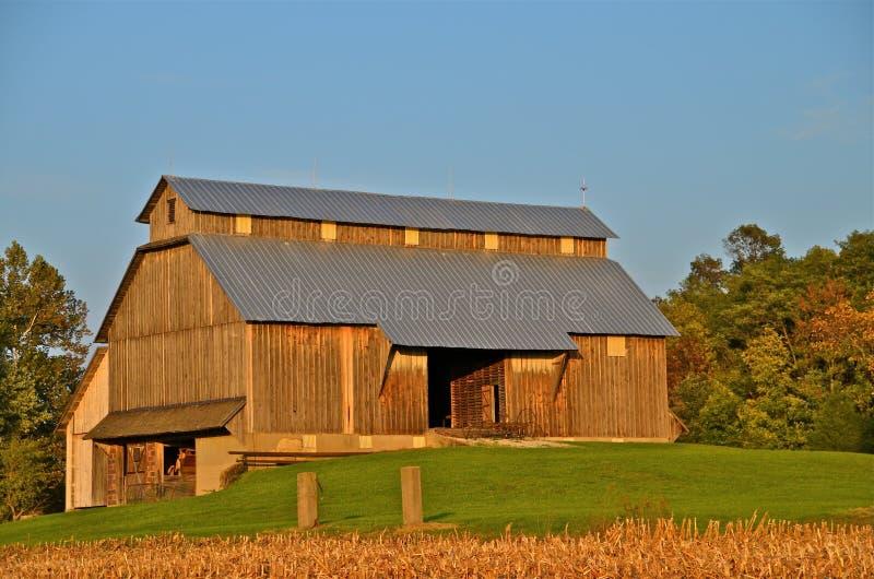Belle grange amish dans la chute image stock