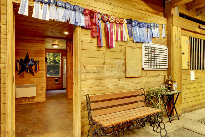 Belle grange de cheval stable propre Salles d'entreposage images libres de droits