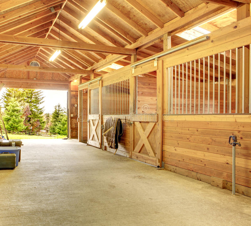 Belle grange stable propre photo stock