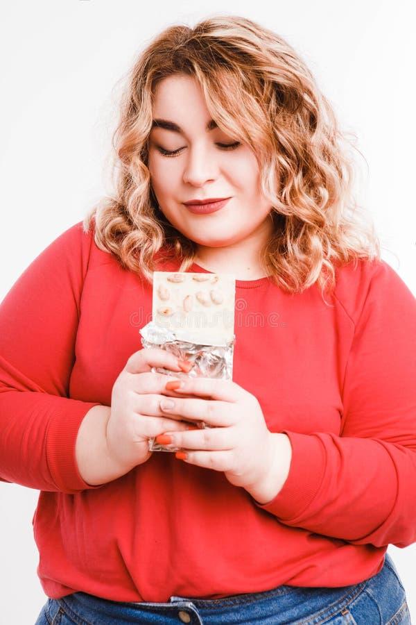 Belle grosse jeune femme avec des ?motions lumineuses sur un fond gris-clair Concept de r?gime L'espace pour le texte images libres de droits