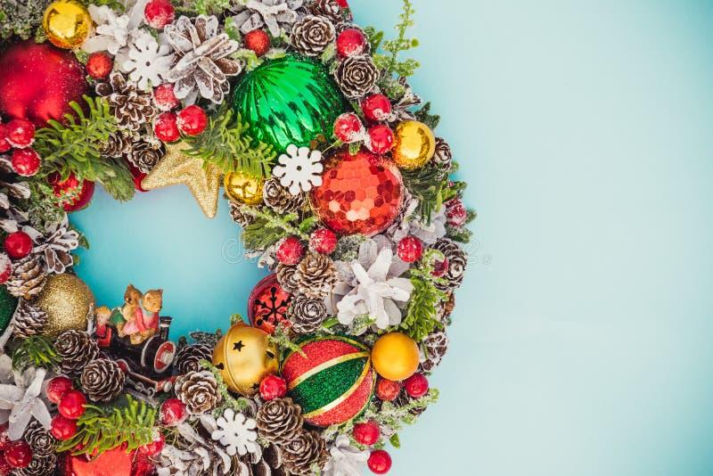 Belle guirlande lumineuse traditionnelle de Noël de vue supérieure décorée des cônes de pin, branches impeccables, baies, boules, images stock
