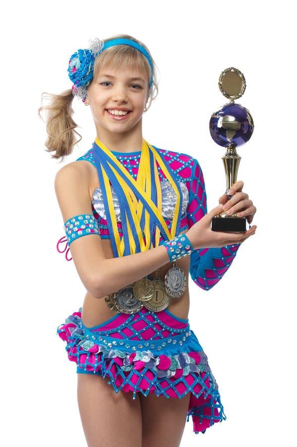Belle gymnaste de jeune fille avec une cuvette dans des mains photographie stock libre de droits