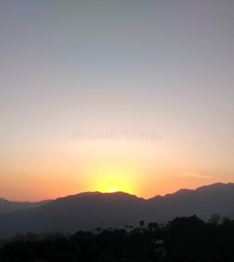 Belle hausse du soleil de matin en montagnes photographie stock