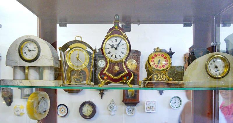 Belle horloge antique dans des cas élégants Élégance qui n'est pas sujette au temps image stock