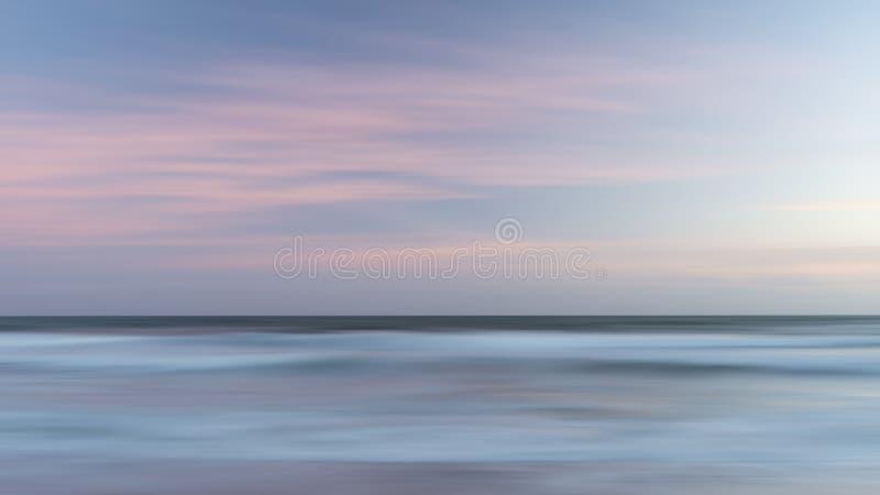Belle image color?e artistique de paysage des vagues brouill?es au coucher du soleil en Devon Enlgand photo stock