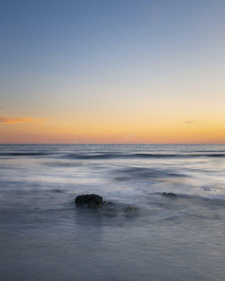 Belle image du paysage d'été coucher de soleil du ciel coloré et plein de vie au-dessus de la mer calme et longue exposition image stock