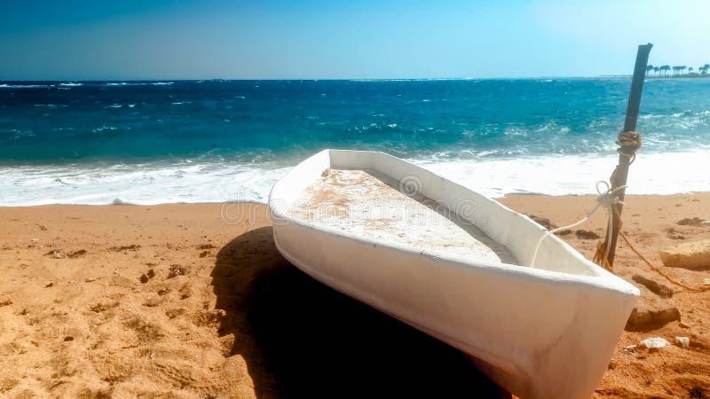 Belle image du vieux bateau en bois de p?cheur se trouvant sur la plage sablonneuse au jour ensoleill? lumineux images libres de droits