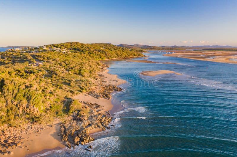 Belle image a?rienne d'un village de bord de la mer avec la petite plage et les vagues bleues douces photo libre de droits