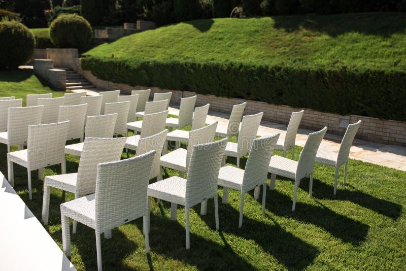 Belle installation l'épousant sortante Cérémonie l'épousant romantique, mariage extérieur sur la vue de l'eau de pelouse D?cor de images libres de droits