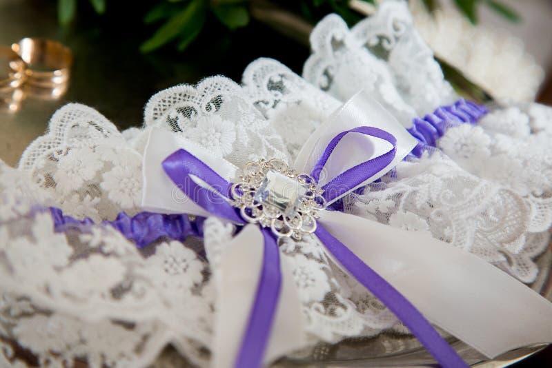 Belle jarretière accessoire nuptiale avec les rubans bleus photos libres de droits