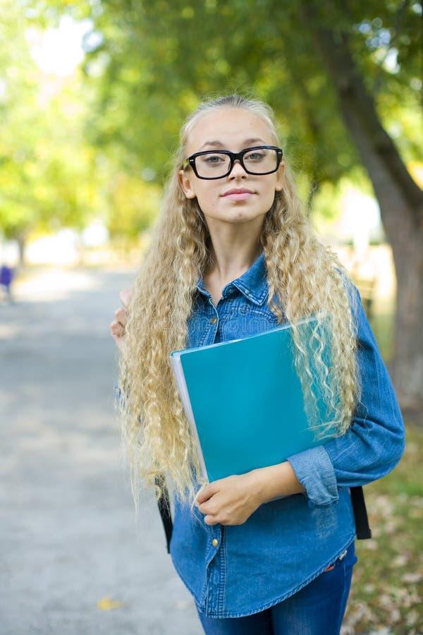 Belle jeune étudiante en parc photos libres de droits