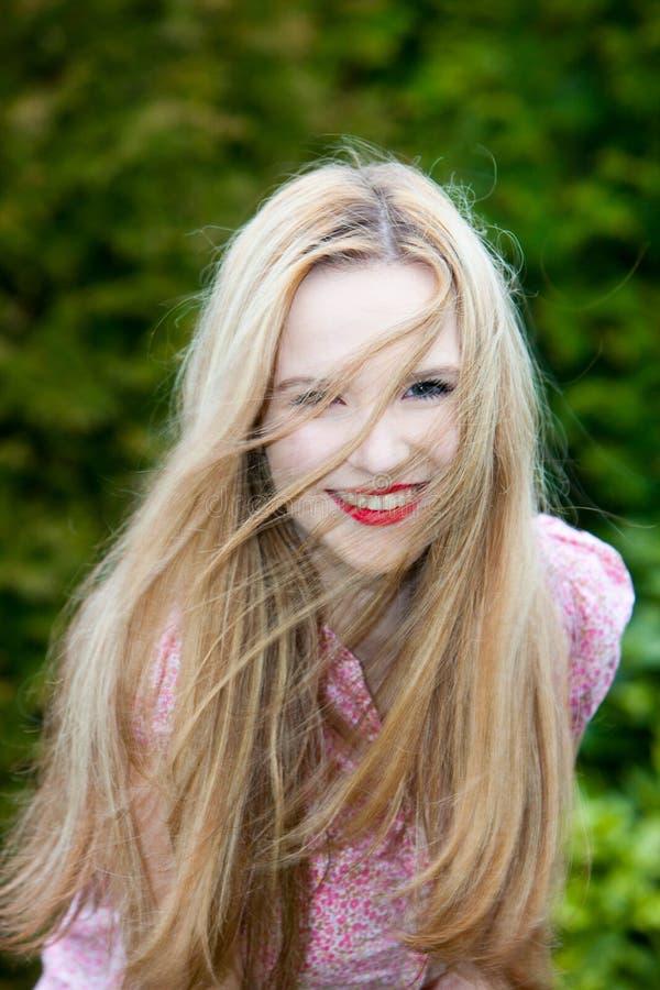 Belle jeune adolescente blonde de sourire images libres de droits