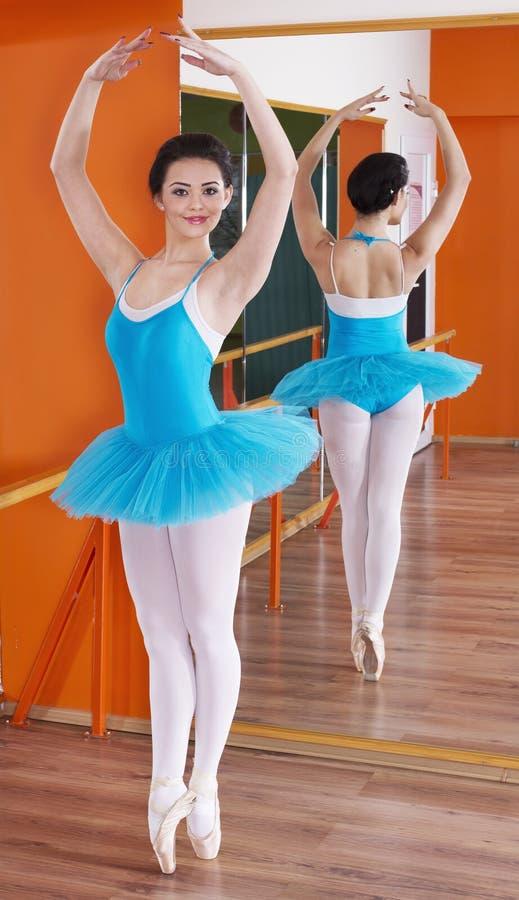 Belle jeune ballerine images stock