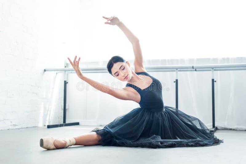 belle jeune ballerine exécutant le ballet photo libre de droits