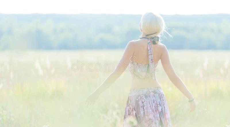 Belle jeune blonde photographie stock libre de droits