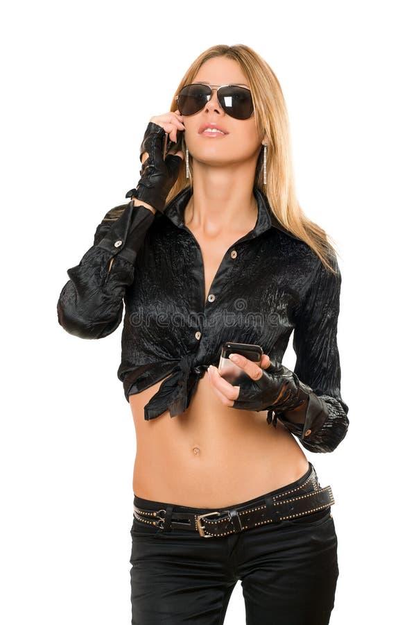 Belle jeune blonde avec deux téléphones photo stock